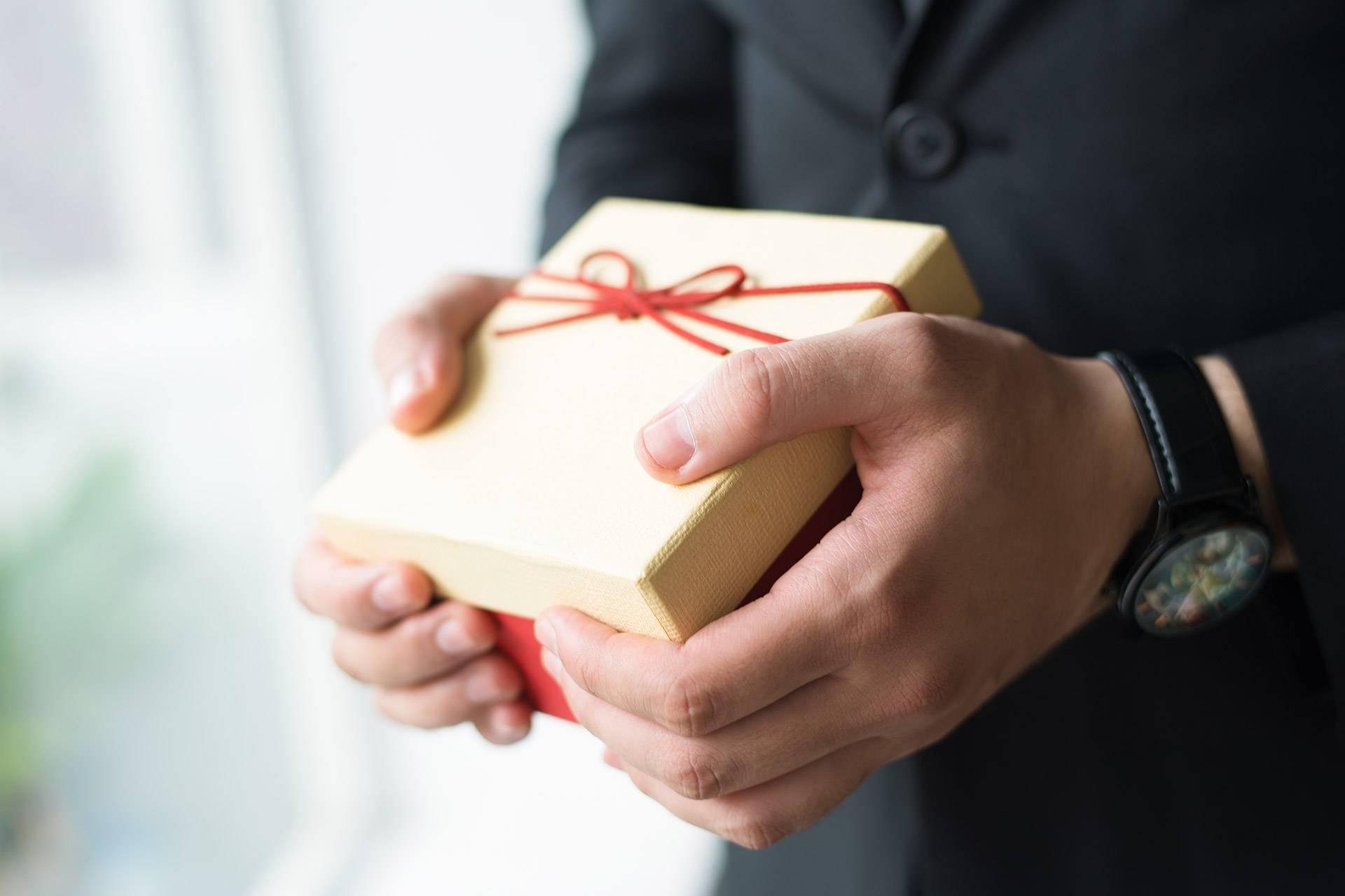 Mann, Geschenk
